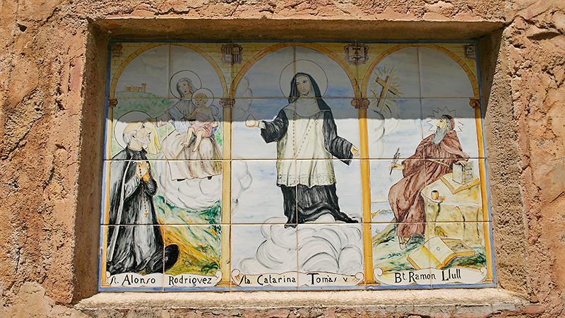 Heiligenmotive in der Klosterwand