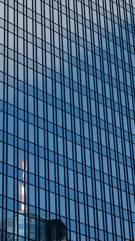 Maintower-Spiegelung in der Fassade des Trianon