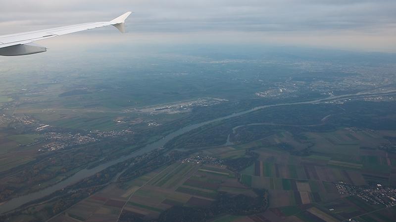 Anflug auf VIE: Airport links, City rechts
