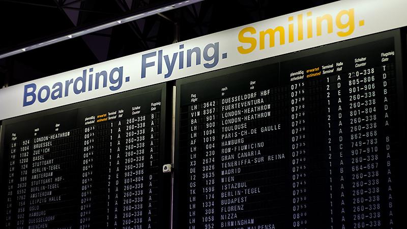 Abflugtafel im Terminal 1