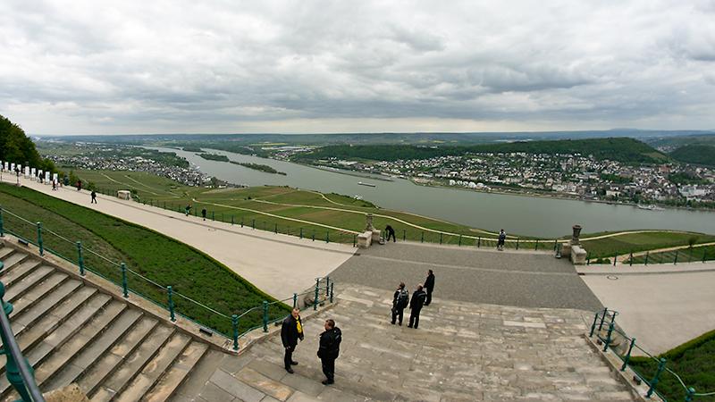 Blick vom Niederwalddenkmal auf den Rhein mit Rüdesheim (links) und Bingen (rechts)