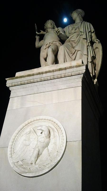Statue auf der Brücke über dem Kupfergraben
