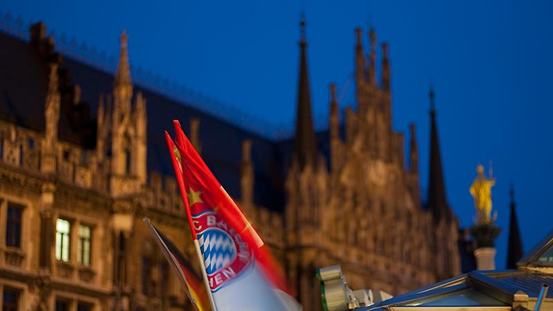 Souvenirstand mit Neuem Rathaus und Mariensäule