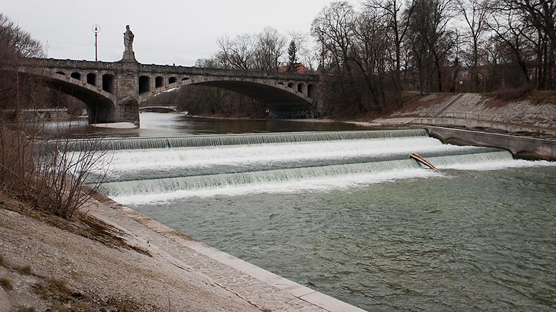Blick aus den Maximiliananlagen auf Isar und Maximilianbrücke