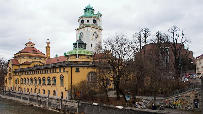 Blick von der Ludwigsbrücke auf Müllersches Volksbad sowie Philharmonie
