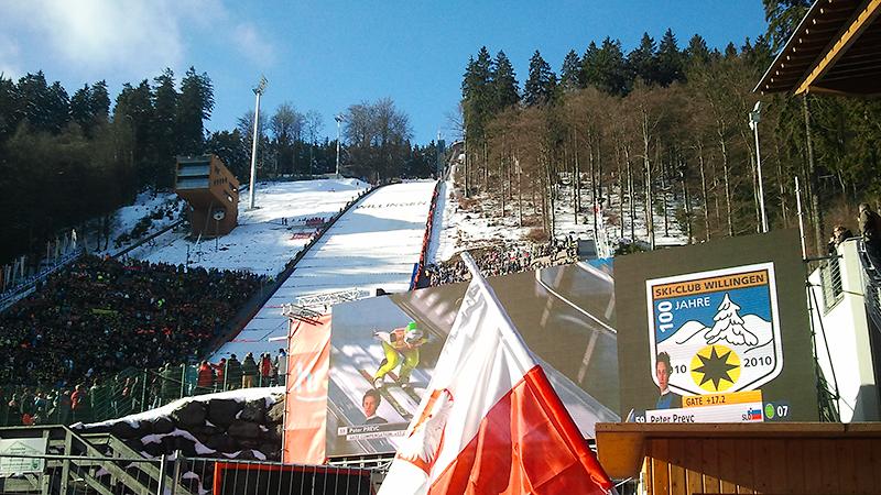 Falsche Flagge: Polnischer Fan,während der spätere Dritte Peter Prevc Anlauf nimmt
