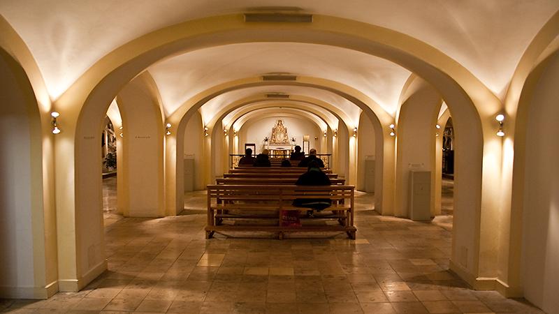 Blick auf Mittelschiff mit Altar
