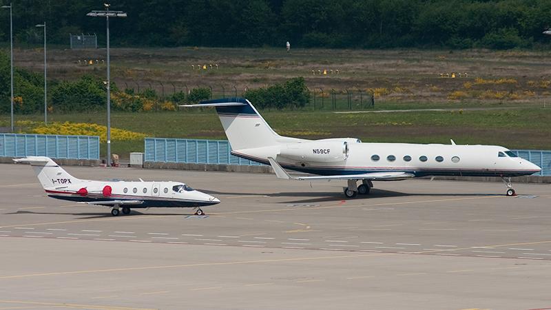 Business Flugzeuge: I-TOPX (Hawker Beechcraft 400XP) und N59CF (Gulfstream G450)
