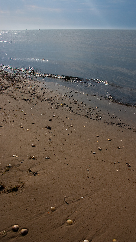 Bereits mit leichten Regenspuren im Sand - Strand von Neuharlingersiel