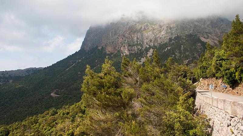 In den Wolken verschwundener Gipfel in der Serra de Tramuntana