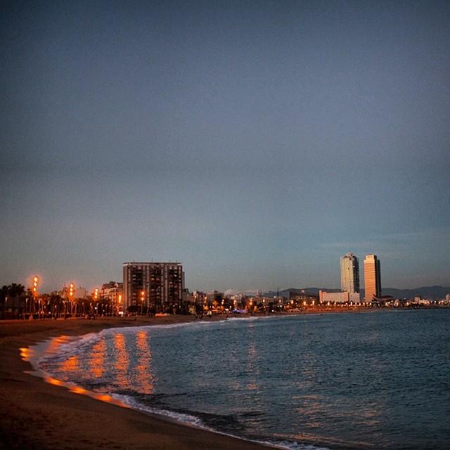 Dämmerung am Strand von Barceloneta