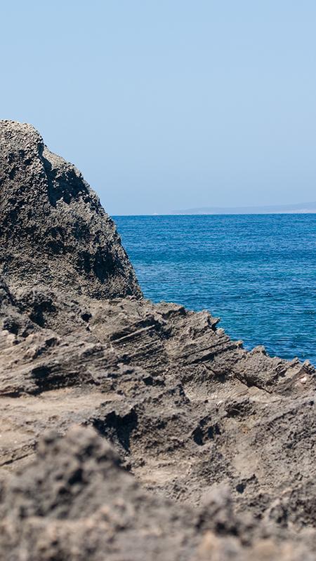 Schroffes und scharfkantiges Gestein, dazu türkisblaues Wasser...
