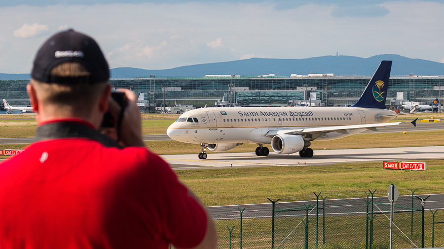 Spotting the Spotter: Saudi Arabian Airlines Airbus A320-200 HZ-ASE