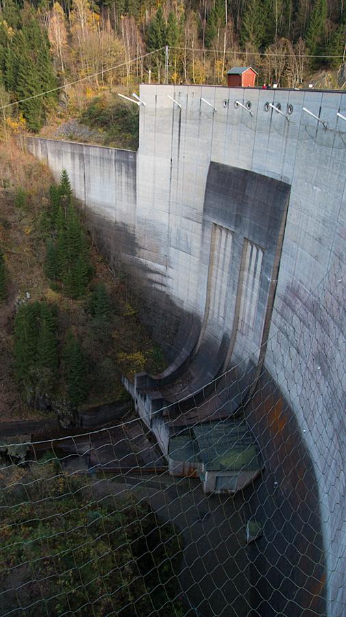 Täuscht: in echt wirklich riesig hoch - die Staumauer