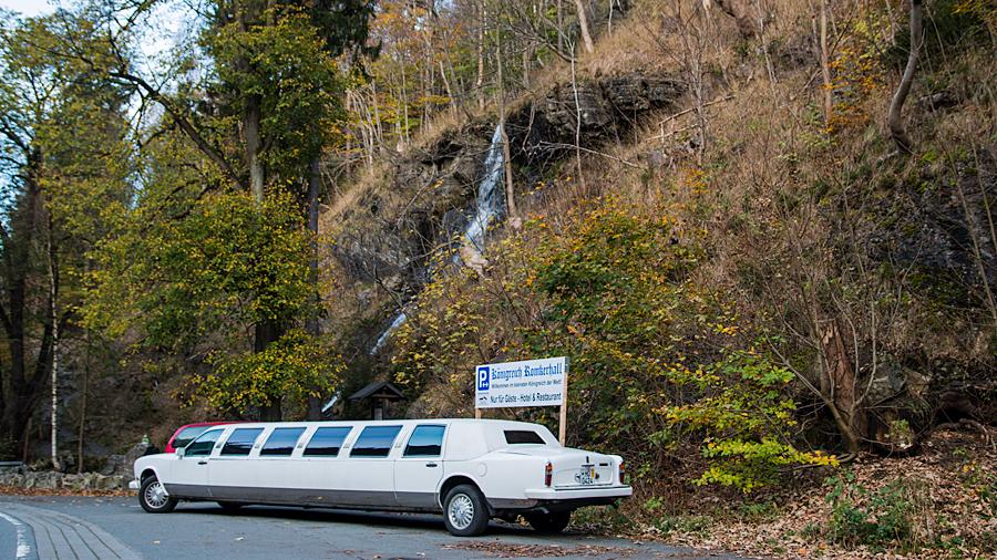 """Staatskarosse des """"Königreichs Romkerhall"""" vor dem Wasserfall"""
