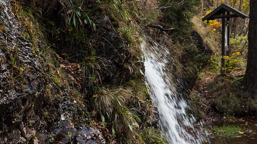 Am Fuße des Wasserfalls