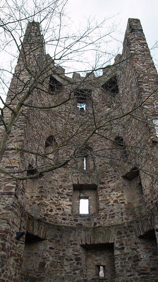 Aus Kostengründen nur zur Außenseite ummauerter Turm