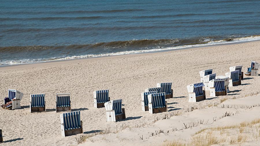 Sonnenanbeter am nahegelegenen Strand