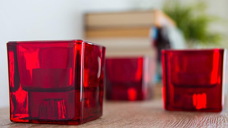 Wohlfühlverstärker: drei von mehreren Teelichthaltern in der Wohnung