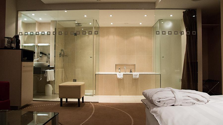 Innenliegende Suite mit großer Glasfront