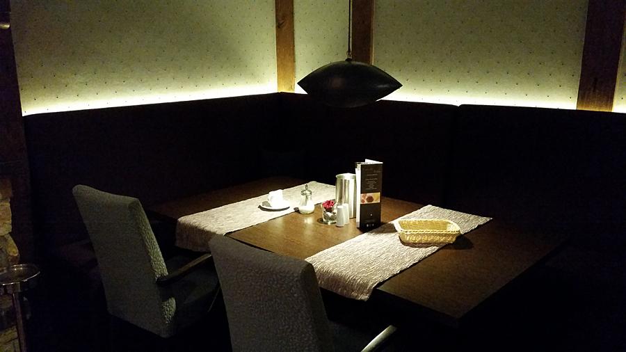 Gemütlicher und dunkel gehaltener Frühstücksbereich