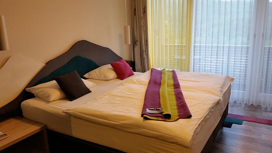 Doppelzimmer mit Bergsilhouette am Kopfende