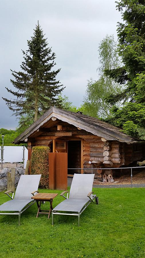 Lettische Liegebalken-Sauna im Wellnessgarten - hier finden auch die Aufgüsse statt