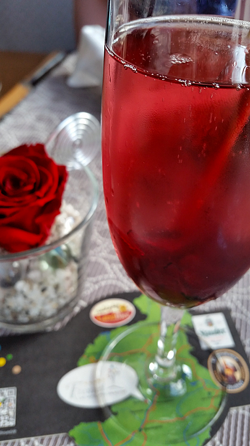 Unbedingt probieren: Sekt mit essbarer Hibiskusblüte