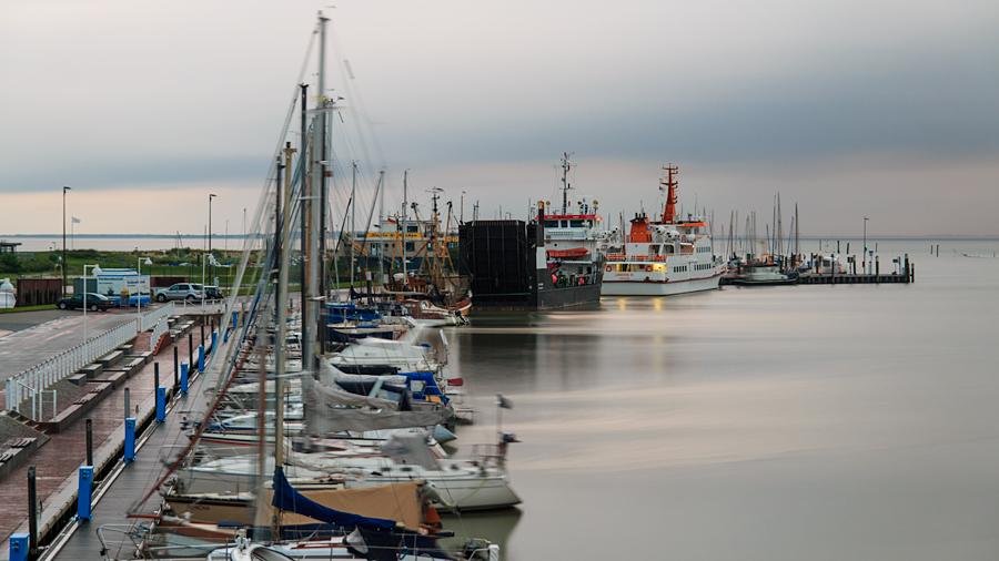 Westseite des Hafens mit Langeoog im Hintergrund