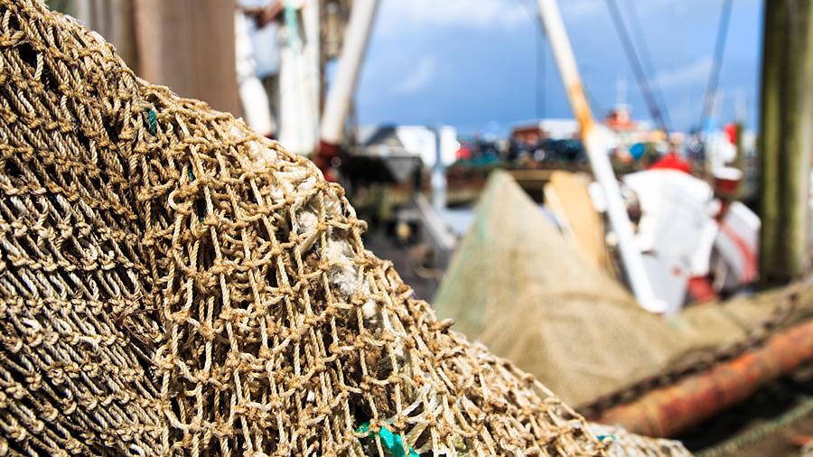 Fischernetz an der Kaimauer