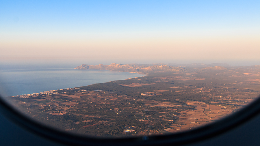 Anflug auf Mallorca: Can Picafort (links) am Strand der Badia d'Alcúdia und Serres de Llevant (Hintergrund)