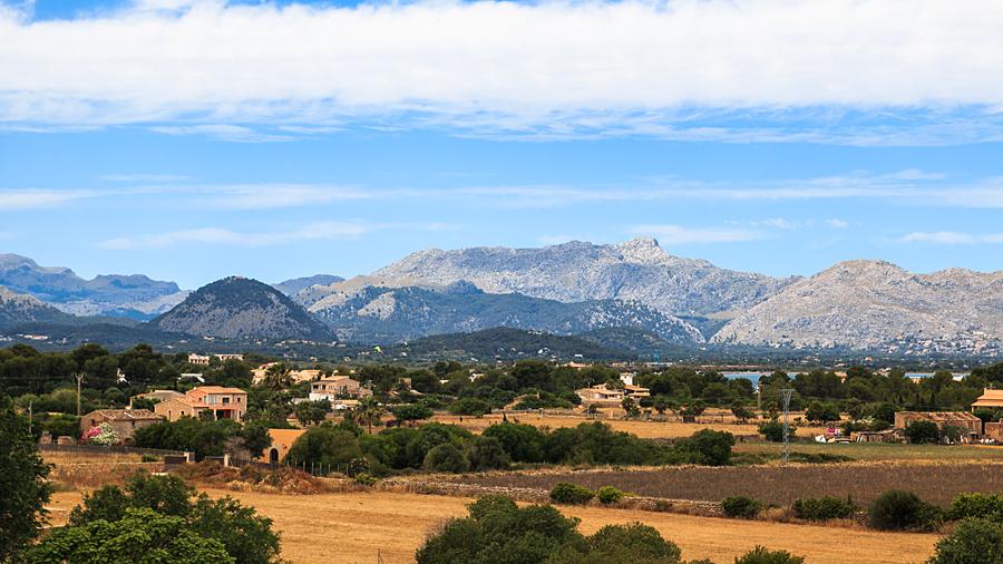 Blick von der Stadtmauer auf die Serra de Tramuntana