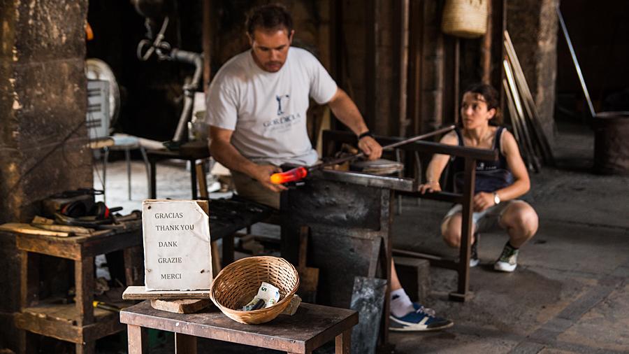 Gerne gesehen: Spenden für die Mitarbeiter, die die Glaskunst beherrschen und ein eingespieltes Team sind