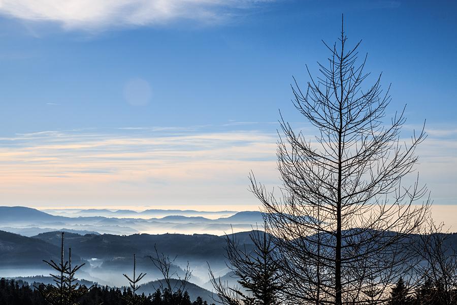 Blick über die wolkenverhangenen Täler in Richtung Süden
