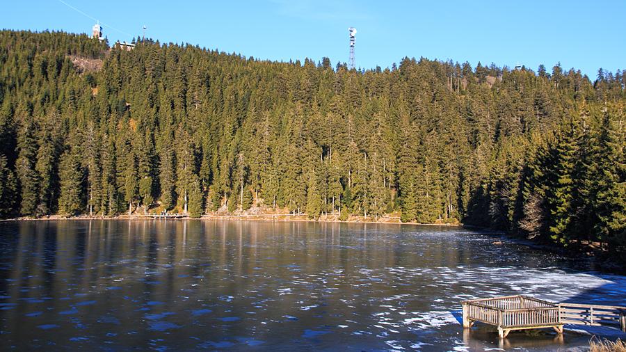 Blick vom Mummelsee zur Hornisgrinde mit Bismarckturm (links)