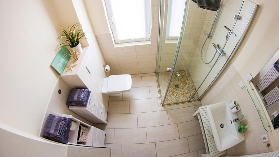 Blick ins Bad: Fußbodenheizung, bodengleiche Dusche, Föhn, Handtuchpaket inklusive