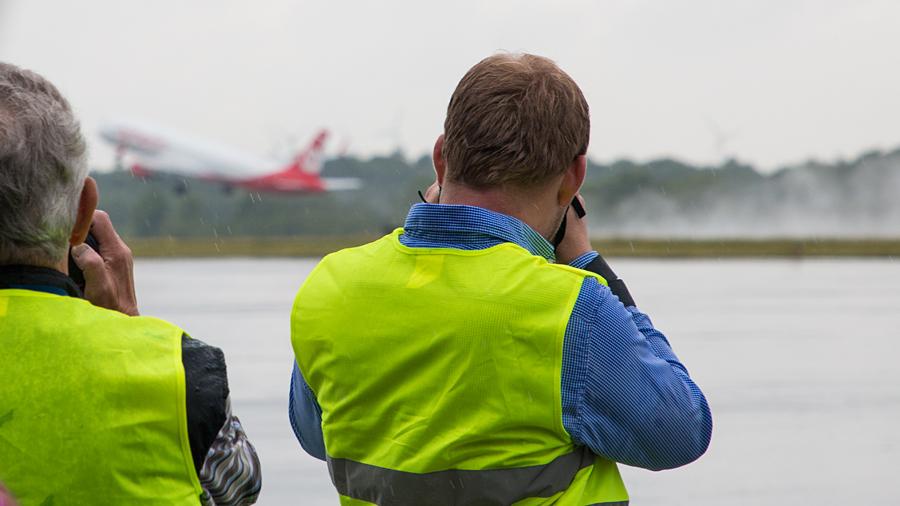Spottertour Flughafen Paderborn - OE-LCM hebt im Regen ab