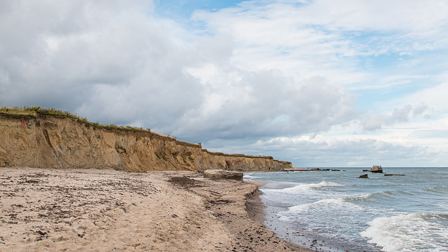 Steilküste der Gedser Odde mit von der Ostsee gewonnenen Überresten der Militärgebäude
